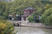 杭州运河边古代建筑与树林