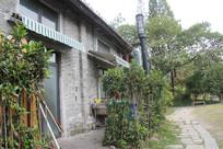 小河直街近代风情楼房门口