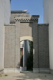 白墙间的灰墙门