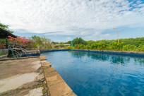 白云下的游泳池