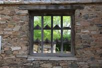 带木窗的石墙背景