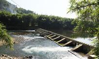 河中水坝风光