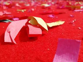 红色地毯上的彩纸