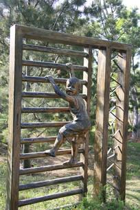 石雕爬栏杆的小男孩雕像