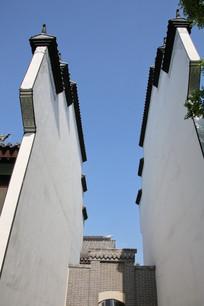 仰视徽派建筑白墙