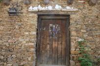 瑶寨土房木门背景墙