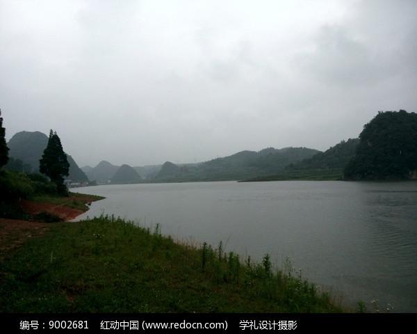 阴雨天气的红枫湖图片
