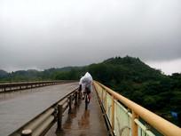 雨天骑行的人