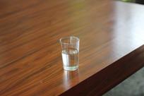 桌子上的水杯