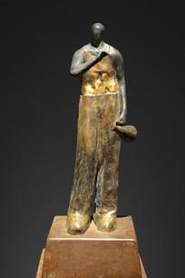 雕像拿喇叭的男子