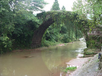 古桥下的小河