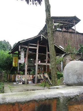 古树旁的废弃茶楼