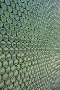 啤酒瓶堆积墙的背景