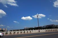 桥面上漂亮的白色云朵