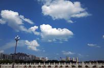 桥面天空上的蓝天白色云朵
