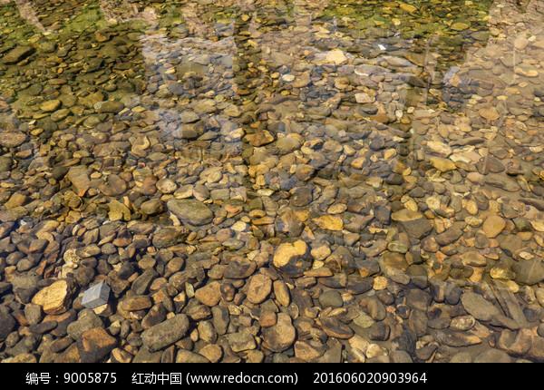 清澈河水河卵石图片