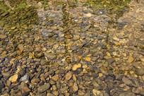 清澈河水河卵石