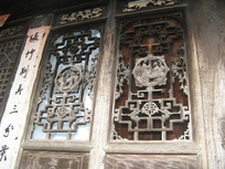 有木刻浮雕的窗格特写