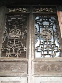 有木刻浮雕的老木门