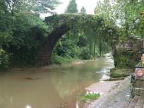 小河从石桥下淌过