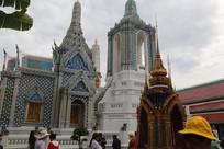 白色佛塔与白色寺庙