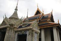 白色尖塔与蓝顶寺庙