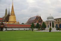草地前的泰式寺庙