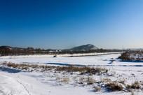 柴河河岸白雪远山