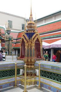 雕花护栏中央的佛塔