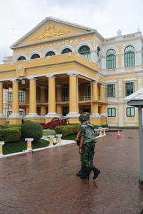 黄色建筑前的泰国士兵