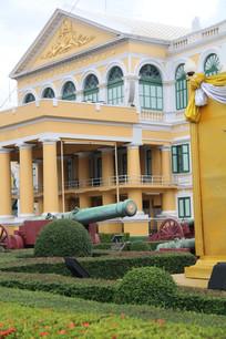 黄色欧式建筑与花园