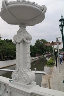 欧式拱桥上的雕花装饰
