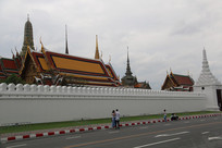 玉佛寺外的白墙与白塔