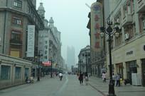 大雾天下的天津步行街