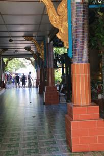 雕花的廊柱与走廊