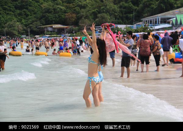 海滩上拍照的比基尼美女图片