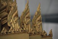 金色佛塔下的精美装饰