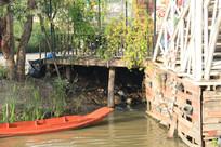 停在水边的小木船