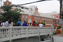 白桥与橘红色欧式建筑
