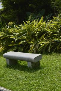草坪石凳及葱郁绿树
