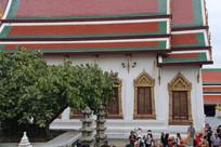 大树背后的寺庙