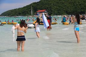 海滩玩耍的美女