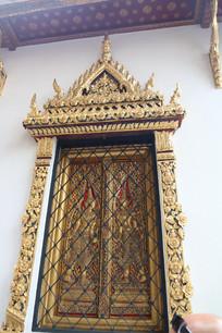 金色雕花装饰的窗户