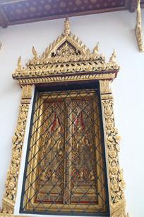 金色精美雕花的窗户