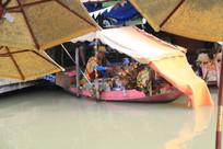 木船上卖烧烤的泰国人