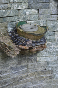 石墙上的石砌置物槽