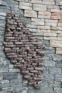 石墙上排列成形的石头