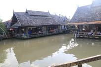 水边的泰式建筑