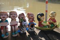 水边一排瓷娃娃装饰