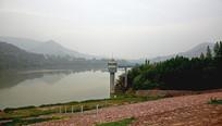 水库和远山风景图